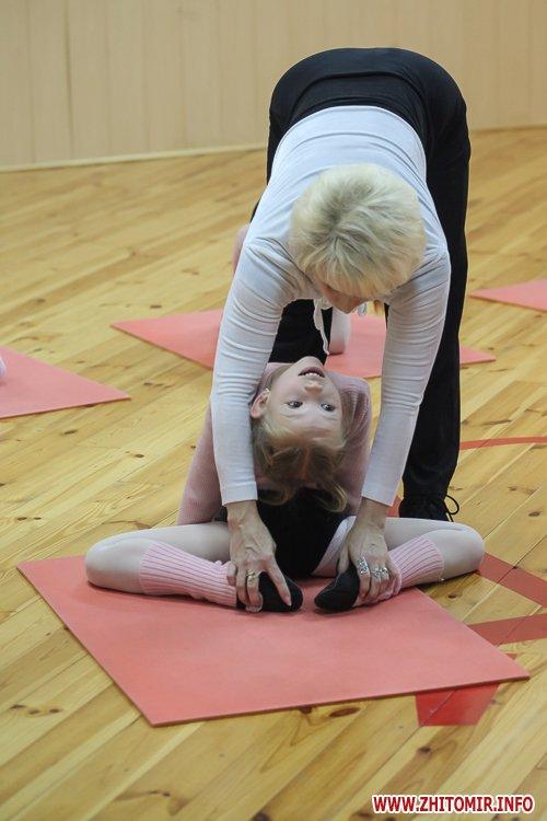 5a40fe2ada138 - Як тренуються маленькі артисти балету в житомирському центрі танцю «Аванте». Фоторепортаж