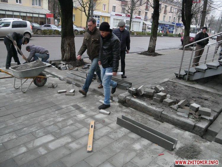 5a4104a320c1f - Реконструкція тротуарів у центрі Житомира: другий Новий рік з недокладеною бруківкою