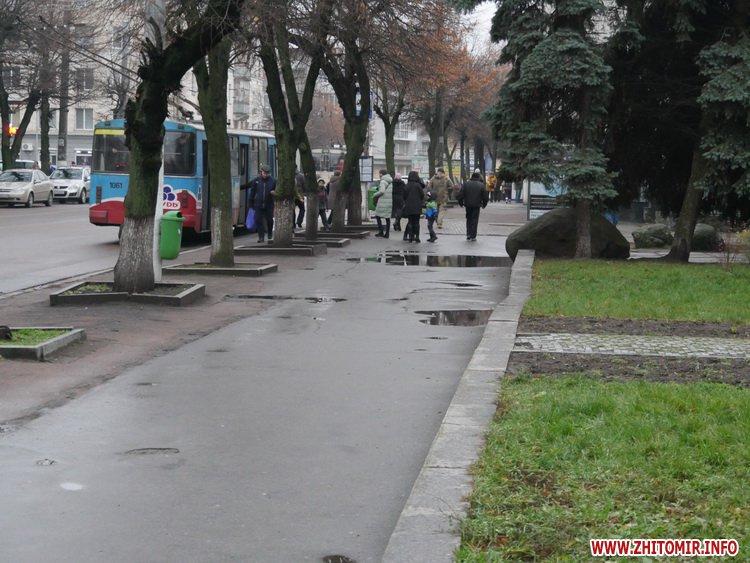 5a4104cf727b5 - Реконструкція тротуарів у центрі Житомира: другий Новий рік з недокладеною бруківкою