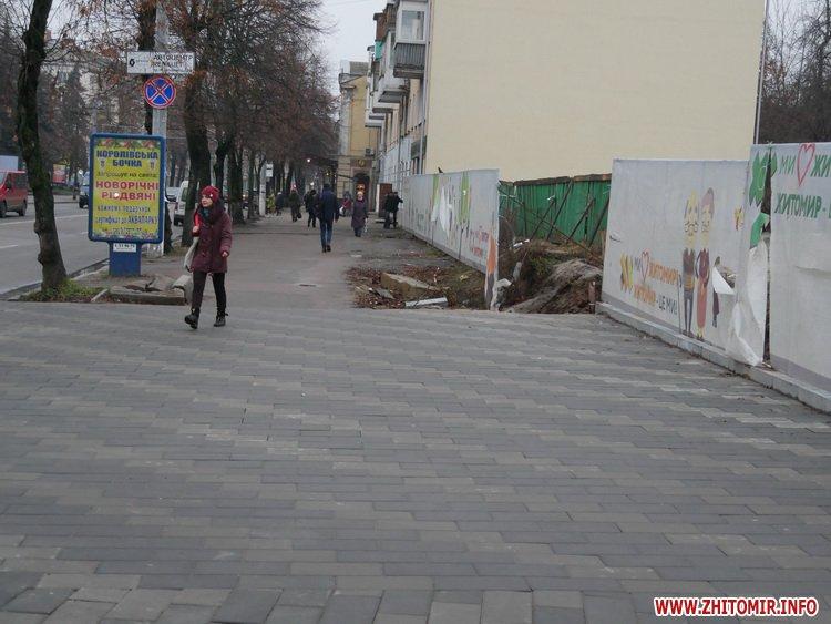 5a41056f11bf4 - Реконструкція тротуарів у центрі Житомира: другий Новий рік з недокладеною бруківкою