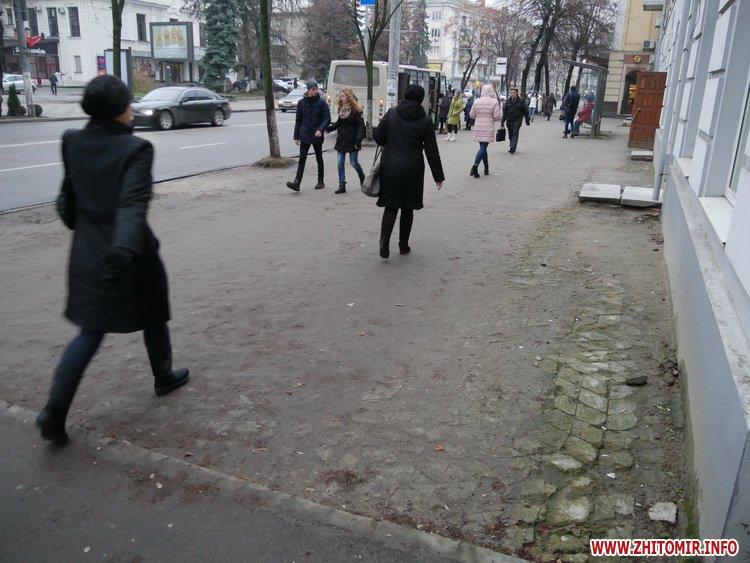 5a4105782fe5d - Реконструкція тротуарів у центрі Житомира: другий Новий рік з недокладеною бруківкою