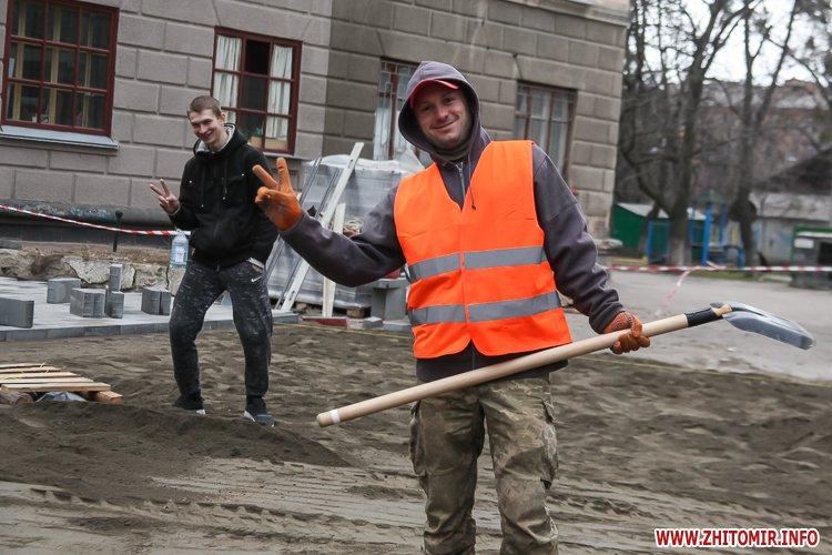 5a410786edd94 - Реконструкція тротуарів у центрі Житомира: другий Новий рік з недокладеною бруківкою
