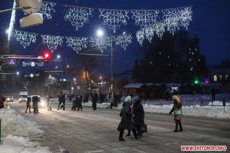 5a4049cd937dc - Депутаты на сессии, Житомир замело снегом, елка и открытие Рождественской ярмарки. Фото недели
