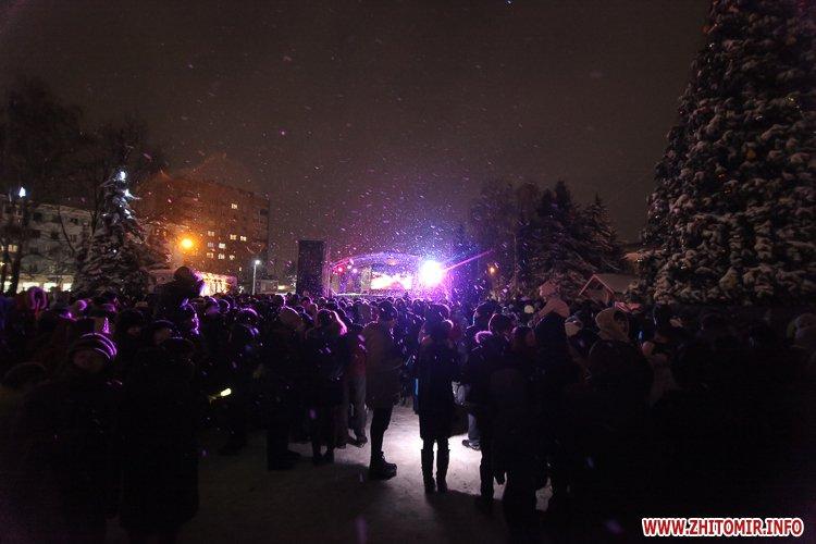 5a4049f88728a - Депутаты на сессии, Житомир замело снегом, елка и открытие Рождественской ярмарки. Фото недели