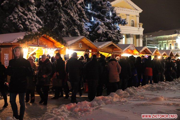5a4049fe8b260 - Депутаты на сессии, Житомир замело снегом, елка и открытие Рождественской ярмарки. Фото недели