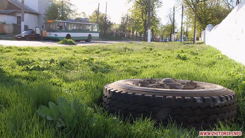 5 молодых людей избили водителя троллейбуса, который сделал имзамечание