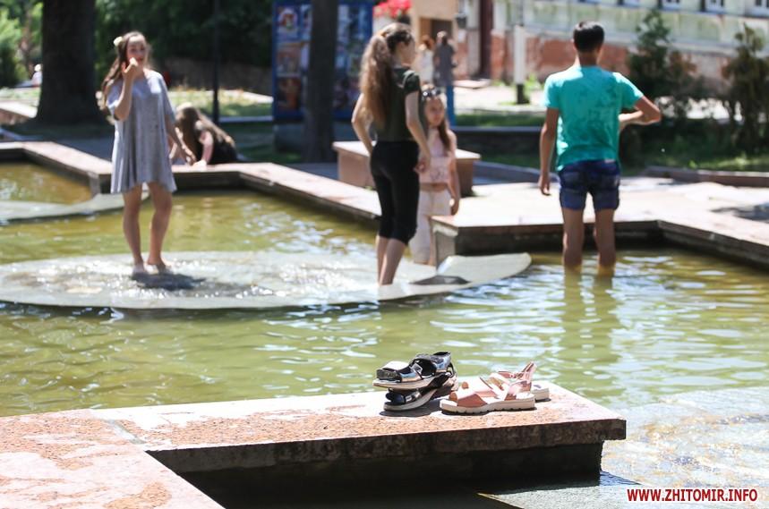 Выпускной 2018 как школьники в Житомире в фонтанах купались