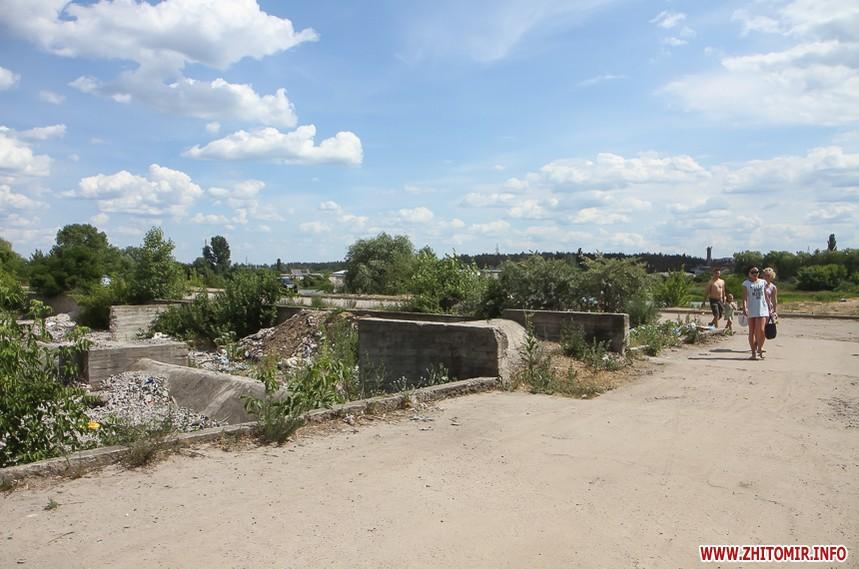 Купаться на карьере в Житомире среди мусора
