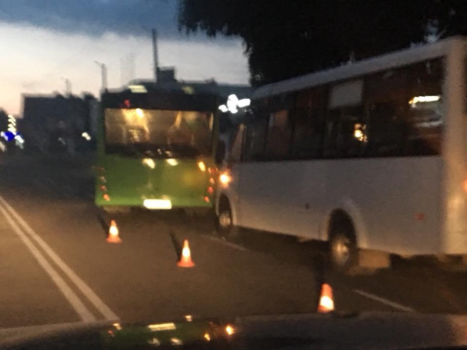 5b2172b915209 - В Житомирі новий комунальний автобус потрапив у ДТП на Покровській