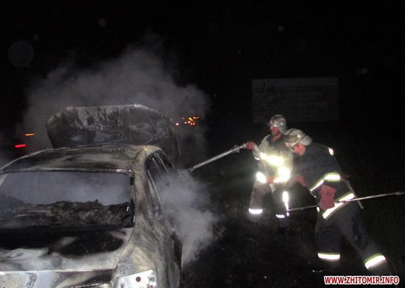 Цієї ночі на Івано-Франківщині унаслідок ДТП загорівся автомобіль. За життя юного водія борються лікарі
