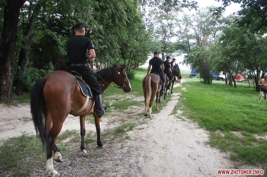 Полицейские на лошадях в гидропарке на пляже в Житомир