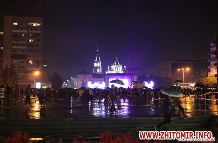 cc9bb011ce589b889dc8e9e1b37cba35 preview w440 h290 - Комунальники показали, як прибирали житомирський майдан Соборний після концерту на День міста