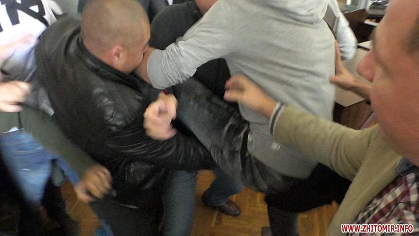 Драка на суде Муравицкого побили адвоката в Житомире