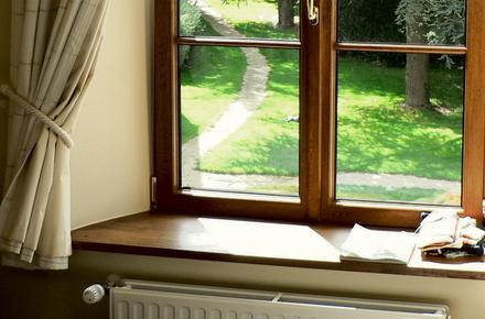 Невід ємною частиною вікна є підвіконня. У житловому приміщенні це не  тільки важлива деталь конструкції 6b481b1e94879