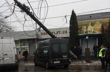 Біля Сінного ринку в Житомирі електроопора впала на машину 1ec26e81043c2