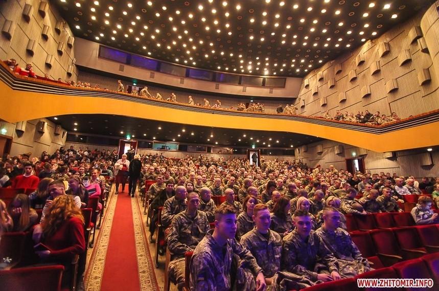 5c0bc7b09c398 original w859 h569 - Вітання військових з Днем ЗСУ, встановлення ялинки у центрі Житомира та позачергова сесія міськради. Фото тижня