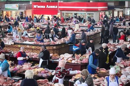 У середині грудня в м ясному павільйоні на Житньому ринку в Житомирі  особливо щедро  прилавки вгинаються від свіжого м якуша cf6c69c08d149