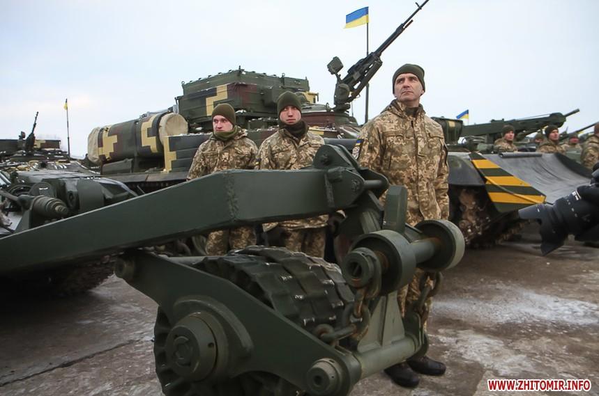 Порошенко в Житомирі передав військовим танки та літаки