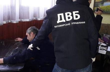 19a1ff622 На Житомирщині внутрішня безпека поліції викрила групу наркоділків.
