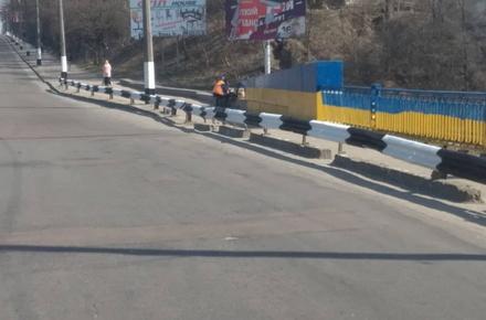 07caaf496099ba571726e2175eb869cc preview w440 h290 - На Богунії у Житомирі комунальники прибрали дорожній змет та пофарбували міст