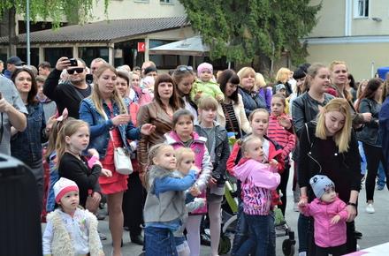 239641c2947f08c8a1ecf80b5b77fd36 preview w440 h290 - На Михайлівській у Житомирі танцювали мами з дітьми, встановивши рекорд