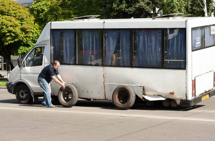 da05e54197ed91dacb5036468d0d26a5 preview w440 h290 - На Київській у Житомирі маршрутка «згубила» колесо, яке пошкодило зустрічний автомобіль