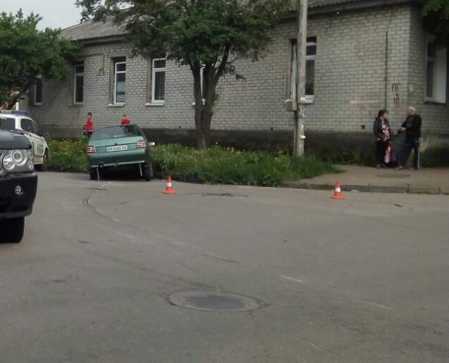 ДТП у Житомирі. Mercedes затисло між стовпом
