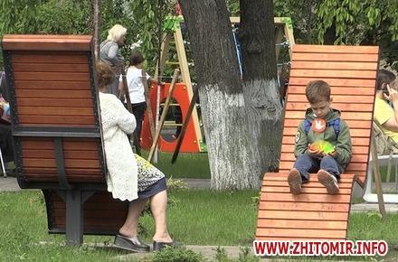 4e1baed1103d7e3e5f4711775bbeb9d2 preview w440 h290 - Житомиряни з дітьми розважаються у сквері на Лятошинського, який вже без паркану, але ще офіційно не відкритий