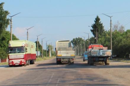 52c07a017b410f1b2502e498f234414b preview w440 h290 - У САД занепокоєні ситуацією з перевантаженими вантажівками, які їздять трасою в Житомирській області та руйнують покриття