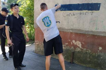 f72196c0671e59570b771a6a9f205dca preview w440 h290 - Активісти під наглядом поліції розмальовували стіни житомирських будинків