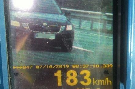 3683bb0630a944e33d07dd0773ee00fe preview w440 h290 - На трасі поблизу Житомира поліцейські наздогнали автомобіль Skoda, водій якого перевищив ліміт швидкості на 133 км/год
