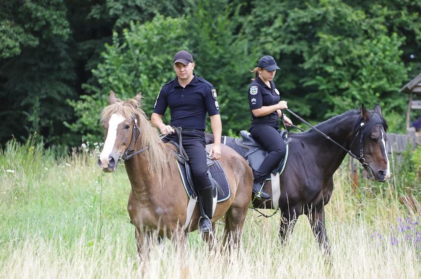 5d30878c3f169 original w859 h569 - Перша житомирська поліцейська, яка патрулює парки верхи на Ловеласі й тренує собаку Весту. Фоторозповідь
