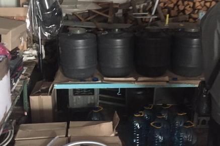 a25446808a1a080be70466da5113729c preview w440 h290 - З гаража у Коростені, де виробляли «елітний» алкоголь, вилучили більше тонни фальсифікату
