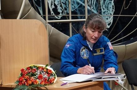 8f90f56688185b8c3f598275004a9ed7 preview w440 h290 - Астронавтка NASA Гайдемарі Стефанишин-Пайпер відвідала житомирський музей і отримала в подарунок книгу про себе