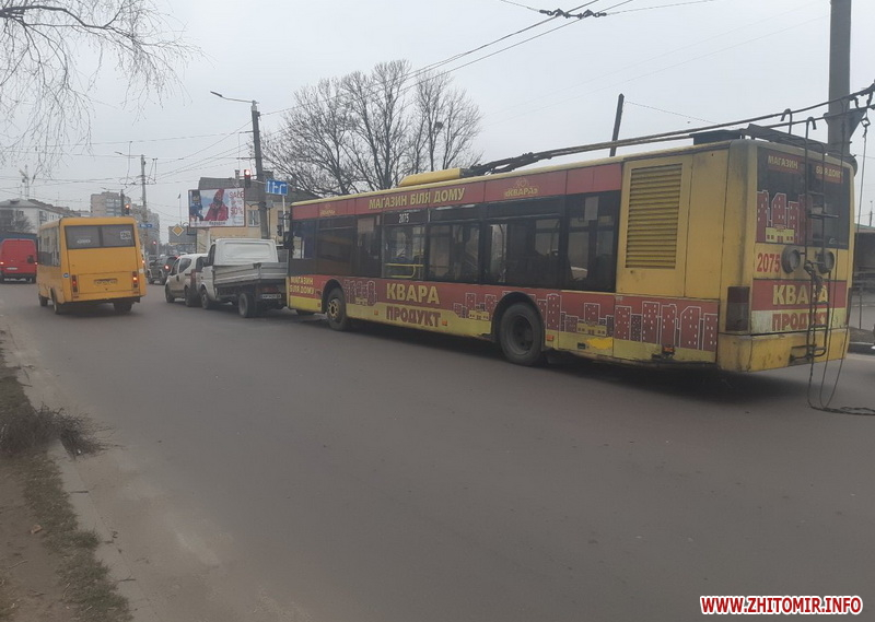 В Житомирі жінка за кермом тролейбуса врізалася у вантажівку
