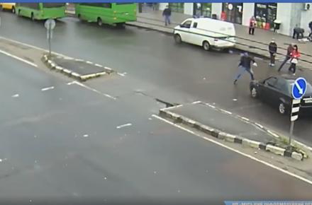 f22db28152c0a62d0d8c929bb60c397f preview w440 h290 - Камери зафіксували, як на Богунії у Житомирі легковик збив пішохода на переході: від удару чоловік відлетів у припаркований автомобіль