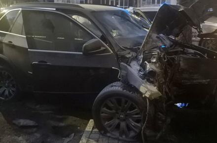 9192cd92f5d6b77f2fd103ba216330ac preview w440 h290 - Поліція розповіла подробиці ДТП в центрі Житомира, де BMW X5 зніс дерево і врізався в будинок: постраждали 41-річний водій та пасажир