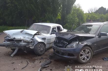 f143f5ad17f71a05e4f85d0c3c15b2ca preview w440 h290 - У райцентрі Житомирської області зіштовхнулися Mercedes та «Волга»: жінка і двоє дітей потрапили до лікарні