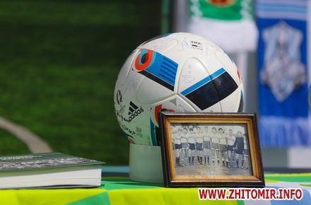 b3b1f16e75c7aae1eaf993bca6c3cbba preview w440 h290 - На Михайлівській житомирянам показали експонати одного з найбільших в Україні приватних футбольних музеїв. Фоторепортаж