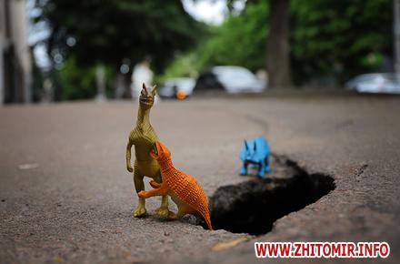 7f01b1014864d3722afa71014fb10c97 preview w440 h290 - «Інспектування» тротуарів у центрі Житомира з допомогою іграшкових динозаврів. Фоторепортаж