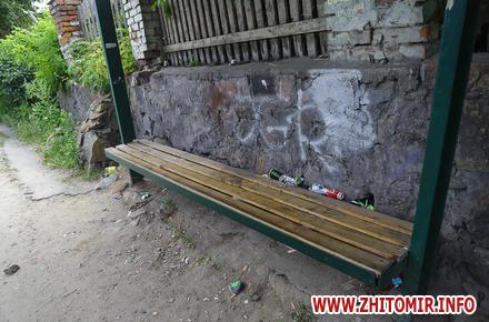 8a779b0b2af2142de192eda64cdabe54 preview w440 h290 - Пошкоджені плакати з «Обличчями миру», зламані лавки та сміття: зупинки на Бердичівській та Гонти у Житомирі. Фоторепортаж