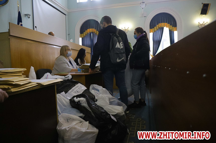 60ddaf7e947ed7c7b4b8a59f48a1ed61 preview w440 h290 - Житомирська міська ТВК приймає протоколи та бюлетені з результатами голосування за депутатів. Фоторепортаж