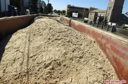 84af1b5beb4f27a0e255dd684b935bc3 preview w440 h290 - Поблизу Житомира правоохоронці зупинили фури, які незаконно перевозили 22 тонни піску