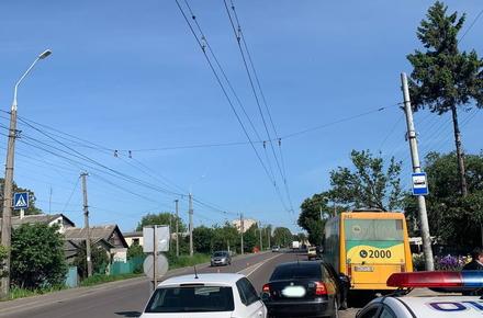 b2b518a1bc1756228f46d69cc3f6e61f preview w440 h290 - На Параджанова у Житомирі легковик в'їхав у маршрутку, пасажирку громадського транспорту забрала «швидка»