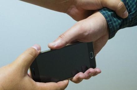 d169cc7e51fb9c8ab905e1bb70f54e22 preview w440 h290 - На Гоголівській у Житомирі молодик вихопив телефон з рук перехожого: грабіжника упізнали завдяки камерам