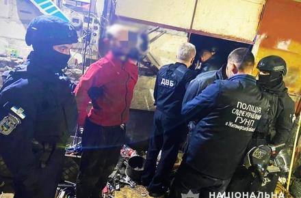39967447dec3b51453483a994c3baee1 preview w440 h290 - У Житомирі затримали трьох чоловіків і жінку, які налагодили «бізнес» на виготовленні та збуті амфетаміну