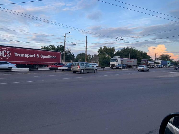 61407f6200a86 original w859 h569 - На об'їзній поблизу Житомира рятувальники автокраном піднімали вантажівку з кювету: фури перенаправляли через місто