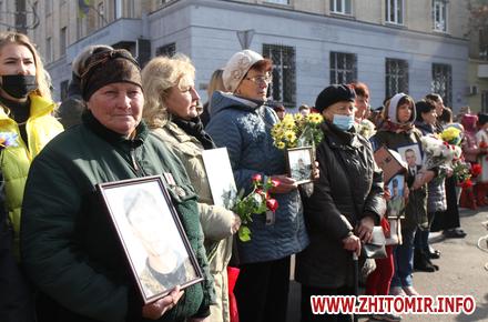 1957dfabce0e0be15a3de9542e093337 preview w440 h290 - Житомиряни з квітами і портретами біля символічних фігур військового, волонтера, медсестри та добровольця. Фоторепортаж